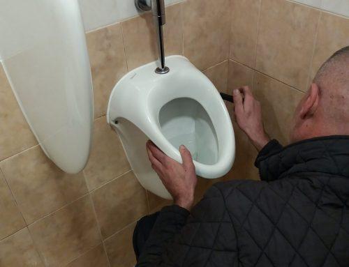Отпушване на писоари в мъжка тоалетна